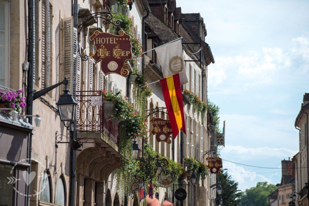 Route des Grands Crus, una strada che attraversa gli stupendi vigneti della Cote de Beaune.